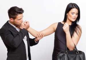 Целовать руку девушке