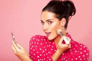 Наносить макияж