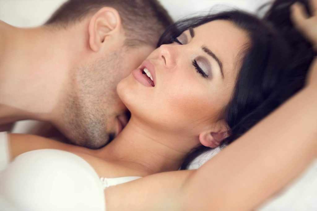 Поцелуи в шею или губы