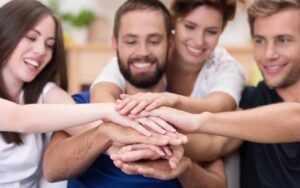 Руки людей вместе