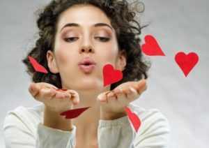 Женщина и сердечки