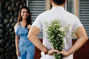 Парень с цветами и девушка