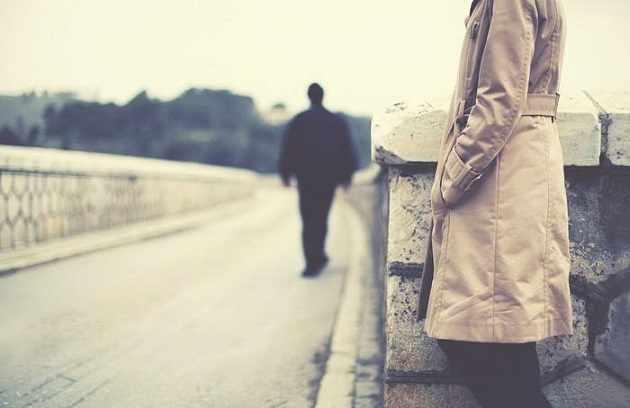 Мужчина идёт вдалеке