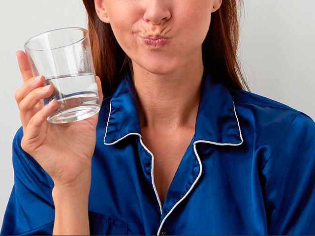 Девушка со стаканом